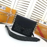 LV OUTDOOR FLAP 信使包  M30411